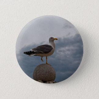 Bóton Redondo 5.08cm Gull com um pé em uma bola da pedra