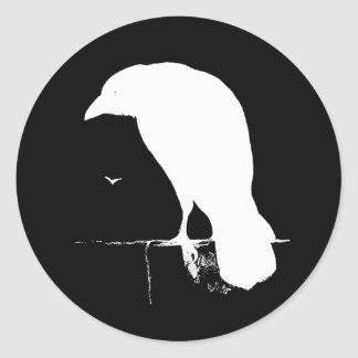 Branco da silhueta do corvo do vintage no preto - adesivo