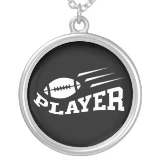 Branco do jogador de futebol no preto com bola de colar com pendente redondo