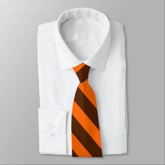 Brown e laço alaranjado da listra da universidade gravata