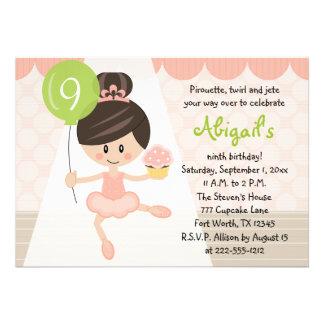 Brunette do aniversário da bailarina do cupcake convite personalizado