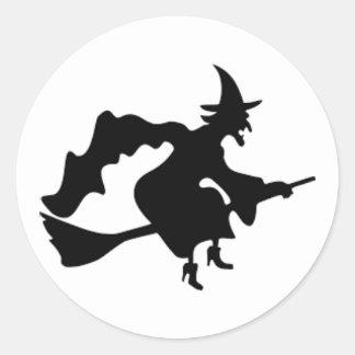 Bruxa do Dia das Bruxas que passa pela etiqueta da