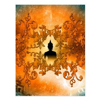 Buddha no por do sol com luz mystical de cartão postal