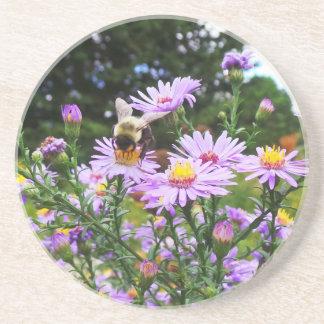 Bumble a abelha na flor porta copos de arenito