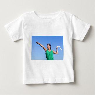 Bumerangue de jogo da mulher holandesa no céu azul camiseta