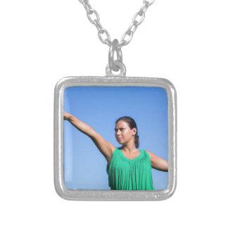 Bumerangue de jogo da mulher holandesa no céu azul colar banhado a prata