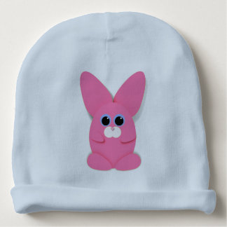 Bunn cor-de-rosa em um chapéu do bebê azul gorro para bebê