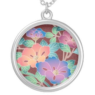 Buquê das flores em um fundo marrom colar banhado a prata