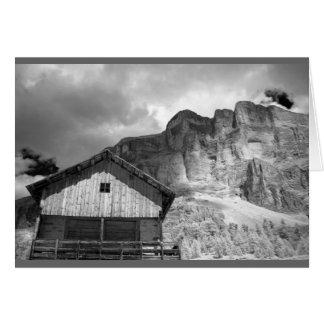 Cabana em montanhas da dolomite, Italia Cartão Comemorativo