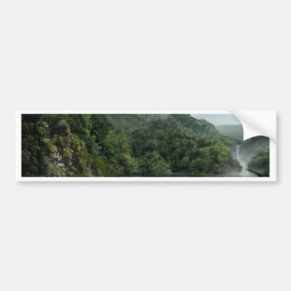 Cachoeira na selva das montanhas adesivo para carro