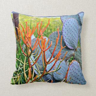 Cacto roxo no travesseiro decorativo alaranjado almofada