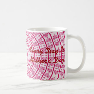 Cada dia é o dia das mães, corações cor-de-rosa na caneca