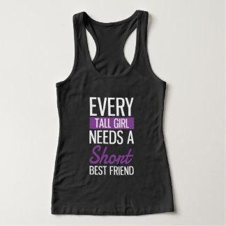 Cada menina alta precisa um melhor amigo curto tshirts