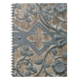 Caderno Fechamento medieval do ferro na porta de madeira