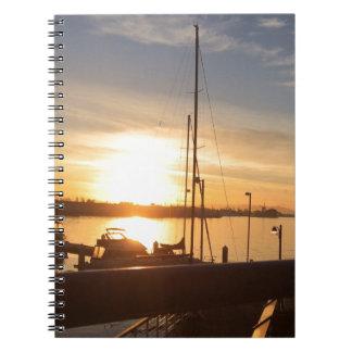 Cadernos Barcos no porto no por do sol