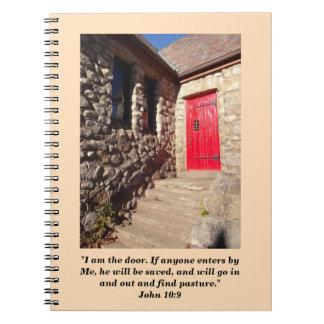Cadernos Igreja de pedra velha com o jornal vermelho da