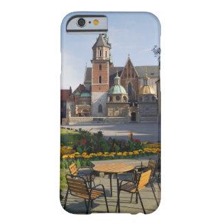 Café que negligencia a catedral de Wawel, monte de Capa Barely There Para iPhone 6