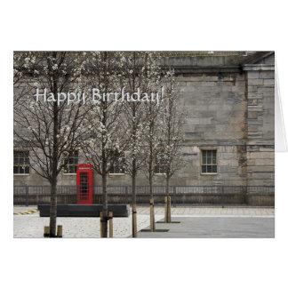 Caixa vermelha do telefone na jarda real de cartão comemorativo