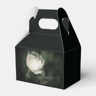 Caixinha De Lembrancinhas Dogrose branco em um fundo escuro. Adicione seu