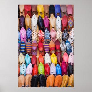 Calçados indicados em uma loja nos souks poster