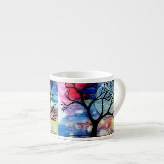 Camadas transparentes da árvore e da tinta caneca de café