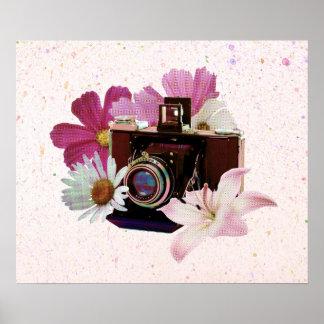 Câmera do vintage com flores pôster