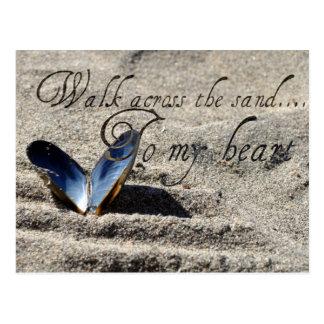 Caminhada através da areia cartão postal