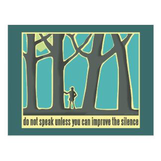 Caminhada através das árvores de floresta cartão postal