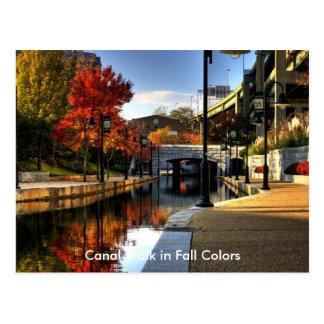Caminhada do canal em cores da queda cartão postal