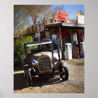Caminhão antigo na loja geral no americano poster