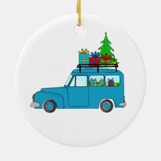 Caminhão azul do Natal com presentes Ornamento De Cerâmica Redondo