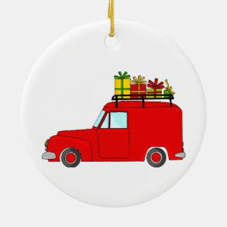 Caminhão vermelho do Natal com presentes Ornamento De Cerâmica Redondo