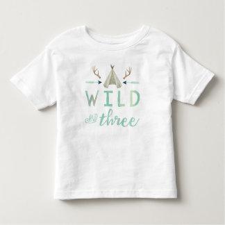 Camisa do aniversário dos meninos selvagem e três