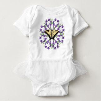 Camiseta Açafrão na grama com borboleta 3