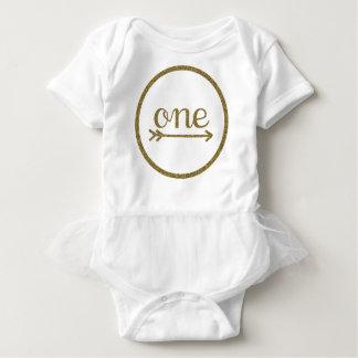 Camiseta Aniversário do bebê da seta uma do brilho do ouro