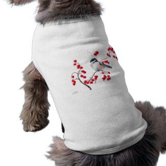 Camiseta CHICKADEE & BAGAS VERMELHAS por SHARON SHARPE