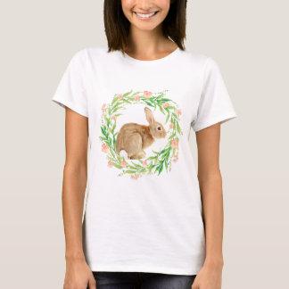 Camiseta Coelho bonito na grinalda floral
