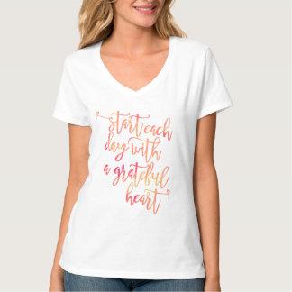 Camiseta comece cada dia com um coração grato, caligrafia