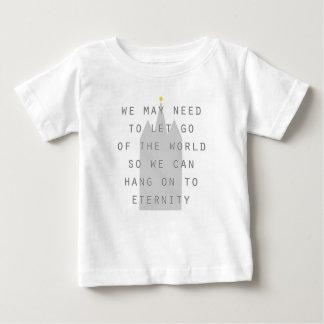 Camiseta deixado vá do mundo pendurar sobre aos lds da
