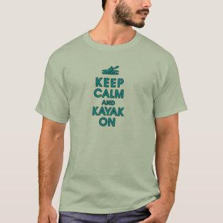 Camiseta mantenha a calma e a pá engraçada do caiaque que