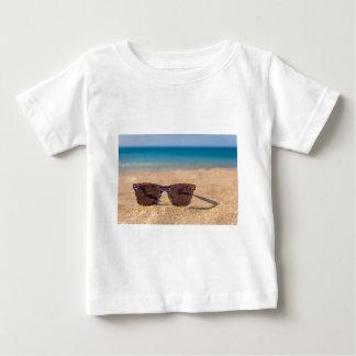 Camiseta Óculos de sol coloridos que encontram-se em