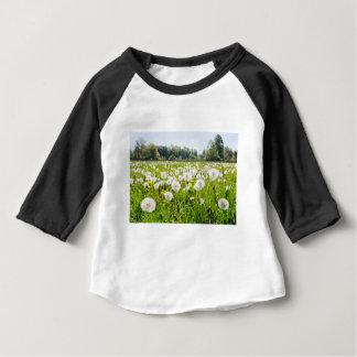 Camiseta Para Bebê Dentes-de-leão descomedidos no prado holandês