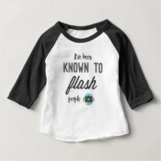 Camiseta Para Bebê Eu fui conhecido para piscar pessoas