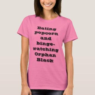 Camiseta pipoca e bibge do eatng que olham o preto órfão