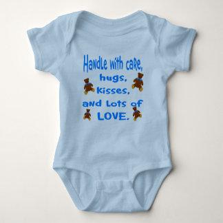 Camiseta Punho azul do bebé com equipamento do amor