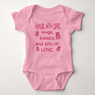 Camiseta Punho do rosa do bebé com equipamento do amor
