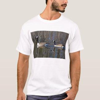 Camiseta Um par de gansos de Canadá deriva abaixo do rio