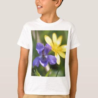 Camiseta Viola e ranúnculo