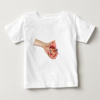 Camisetas A mão fêmea guardara o modelo do rim humano