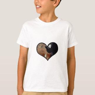Camisetas Abraço do cão e gato em um Yin dado forma coração